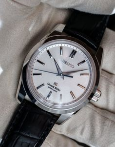 Grand Seiko Spring Drive 8 Day Power Reserve Watch Sends A Clear Message To Switzerland Hands-On Cool Watches, Watches For Men, Wrist Watches, Seiko Mod, Watch 2, Watch Companies, Seiko Watches, Beautiful Watches, Omega Watch