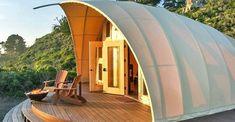 Cocoon: tienda de campaña prefabricada y autosuficiente. Diseñada por Harry Gesner, y fabricada por Autonomous Tent, Cocoon es una tienda de campaña prefabricada que funciona completamente fuera de la red. Su estructura es portátil, formada por perfiles metálicos y lona tensada. Su base es de madera y no está en contacto con el terreno. No precisa cimentación especial. Su interior está equipado como una habitación de hotel, con baño y cocina. Cuenta con paneles sol
