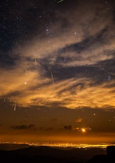 A kool photo of a meteor shower as seen in the night sky above Denver, Colorado. Clear Night Sky, Starry Night Sky, Night Skies, Sky Night, All Nature, Amazing Nature, Beautiful Sky, Beautiful World, Sacramento