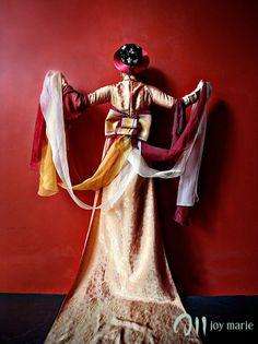Great photography and beautiful Vietnamese wedding dress.
