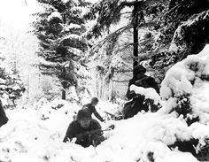 American soldiers in the Ardennes Forest during the Battle of the Bulge ( December 16, 1944 - January 25, 1945 )