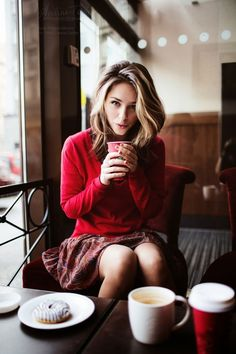 So cozy! Fall fashion look ideas. Red sweater, shirt and skirt. The red colour is amazing.