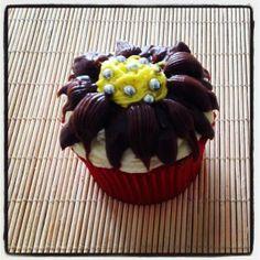 Cupcake Vulcão de Chocolate | Cupcake Vulcão de Chocolate, cobertura de chocolate branco e preto, glacê e confeitos, sabor da massa do bolo e do recheio de sua preferência.