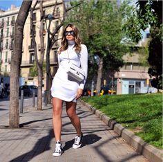 vestido branco dia-dia tênis