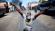 The political crisis in Haiti, has been the violence on street, and is able to become a chaos for this country, that at 2010 had an bigger and destructive earthquake. Central Government, Haiti, Public Transport, Police Officer, Presidents, How To Become, Politics, Country, Street