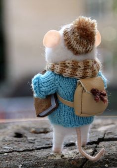 needle felted traveler mouse with book tourist mouse image 1 Needle Felted Animals, Felt Animals, Needle Felting, Funny Mouse, Cute Mouse, Fuzzy Felt, Wool Felt, Yarn Crafts, Felt Crafts