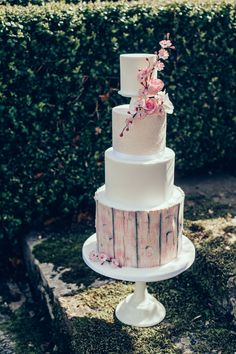I love this design, bringing in the natural surroundings and pink ombre colour onto a wedding cake as seen on The Wedding Vault. HMU Storme Webster, Storme Makeup Model Eve Ainsbury Venue Danesfield House Photographer Kitty Wheeler Shaw Designer Jessica Turner Designs Jewellery and Hair Pieces Beverly Pile, PS With Love Florist Eram Khan, Boom Blooms Cake Kate Roche Lieberman, Dolce Lusso Cakes Stationery Holly Rees, Holly Rees London Tableware Daniela Johnston, Classic Crockery