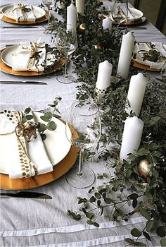 A stylish Australian Christmas is possible - it's all about making the most of what's in season. Here's how to create an Australian Christmas table setting. Aussie Christmas, Summer Christmas, Christmas Lunch, Elegant Christmas, Noel Christmas, All Things Christmas, Holiday Dinner, Modern Christmas, Scandinavian Christmas