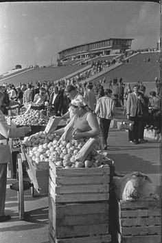 Pod Stadionem też handlowali 1957    ◇    Poland Poland People, Old City, Warsaw, City Life, Dolores Park, Nostalgia, The Past, Pictures, Photos