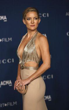 Kate Hudson arrasou com decotão no baile de gala do LACMA, museu de arte de Los Angeles no sábado, 2. Para o evento, que homenageou o diretor Martin Scorcese e o artista David Hockney, a atriz usou um vestido longo da grife Gucci.
