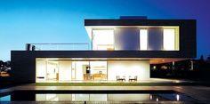 Precioso proyecto de una vivienda unifamiliar en Sao Paolo ejecutado por Flavia Cancian y Renata Furlanetto. De diseño minimalista y líneas puras, la fachada principal, sobre la piscina, se resuelve como una línea continua que enmarca la planta baja y la superior. Como detalle llamativo