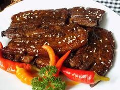 Hodně ztuhlé maso nakrájíme na asi 1 cm plátky. Ze zbývajících surovin smícháme marinádu. Začneme sojovkou a přidáváme ode všeho raději méně a... Bucky, Pot Roast, Food And Drink, Beef, Ethnic Recipes, Steak Marinades, Arizona, India, Asia