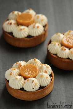 Fleur de sel chocolate tarts, salted butter caramel and whipped cream with Celtic beer confit. – Chocolate tart recipe with Celtic beer Chantilly and salted caramel. Brownie Desserts, Köstliche Desserts, Chocolate Desserts, Dessert Recipes, Chocolate Tarts, Cake Chocolate, Chocolate Cream, Pastry Recipes, Tart Recipes