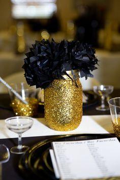 """IDEE Met Mason Jars: goud spuiten en dan schilderen -> """"Let's have a"""" ...Ball staat er namelijk al op :-)  Gold Glitter Mason Jar"""