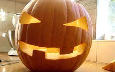 Hoe hol je een Halloweenpompoen uit? In dit stappenplan zie je — aan de hand van foto's — wat je moet doen om zelf een mooie Halloweenpompoen te maken.