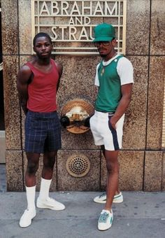 """10 years ago, Jamal Shabazz gave us """"Back in the Days, """" a book of exceptional testimony to some youth in New York of the 80s. The publisher Powerhouse Books reissued the book today in a new version with many additional photos. Fascinated by photography, fashion, hip hop and New York, we can only advise you!"""