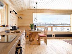 UTSIKT: Vinduet er hyttas øye innover fjellheimen. Selv om allrommet er åpent, er det lunt og intimt. Sittebenken ved spisebordet er en forlengelse av kjøkkeninnredningen