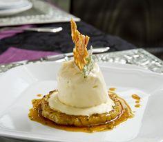 Wenn das kalte Parfait auf der warmen Ananasscheibe leicht schmilzt, verbinden sich die beiden Komponenten noch besser – zum dahinschmelzen.