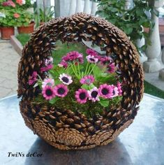 Cones are a wonderful addition to making autumn decorations. M - Diy Fall Decor Cones are a wonderful addition Nature Crafts, Fall Crafts, Diy And Crafts, Christmas Crafts, Arts And Crafts, Christmas Ornaments, Christmas Christmas, Pine Cone Art, Pine Cone Crafts