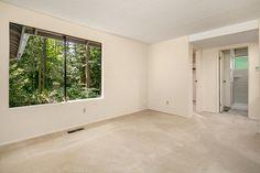 Large Master w/en-suite master bathroom & closet!