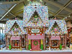Beautiful Christmas Gingerbread House Ideas - Blush & Pine Creative - - There is a special skill that goes into making an amazing gingerbread house. Here I'm showing my favorite Christmas gingerbread house structures for Gingerbread House Template, Cool Gingerbread Houses, Gingerbread House Designs, Gingerbread House Parties, Gingerbread Village, Christmas Gingerbread House, Christmas Home, Christmas Cookies, Christmas Crafts