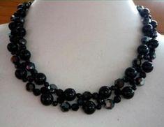 By: XQDesigns for Handmade Jewelry Club via https://www.allfreejewelrymaking.com/Stitching/Black-Swan-Necklace