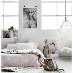 Quase monocromático, é o branco que comanda este ambiente, apenas quebrado pelo preto, presente nas fotografias, e pelo rosa claro que colore a roupa de cama.