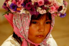 Los Promeseros son niñas y niños que participan en los rituales del Jueves Santo en la comunidad indígena Mayo.  Algunos dicen que representan a la Verónica, que en el viacrusis limpió el rostro de Jesús. Otros, que son los ángeles que presencian las conmemoraciones religiosas...  Como sea, es una maravilla ver a estos niños integrándose desde pequeños a las prácticas culturales de su grupo.