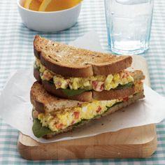 uma refeição light e saudável para a praia: sanduíche de salada de ovo com caril