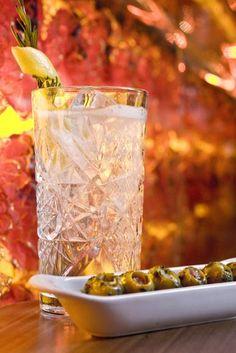 La mediterránea ginebra Gin Mare, acompañada de aceitunas rellenas con aliño casero