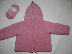 Abrigo de bebé con capucha Un imprescindible para bebes y niños pequeños es un abriguito de punto con capucha y mejor aún cerrado por detrás con cremallera. Es una prenda muy popular y quien la co…