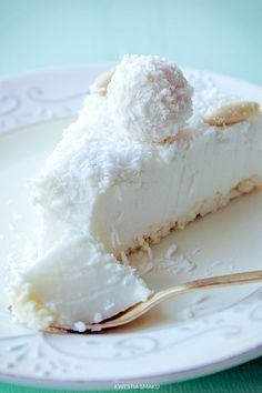 Torta Al Cocco Fresco. VIDEO : cake cold to coconut, clever cake without cooking - the cold coconut cake is a sweet fresh and easy to prepare. with this crispy base and this fantastic cream create a super . Baking Recipes, Cake Recipes, Dessert Recipes, Kolaci I Torte, Good Food, Yummy Food, Food Cakes, Macaron, Food Design