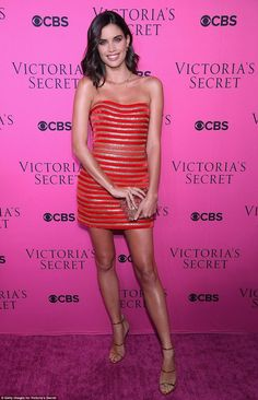Stunner: Sara, looked absolutely gorgeous in a red strapless mini dress featuring a sh. Stylish Dresses, Sexy Dresses, Short Dresses, Beautiful Legs, Beautiful Outfits, Emma Watson, Sara Sampaio, Strapless Mini Dress, Celebrity Red Carpet