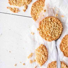 Parhaat kauralastut ovat ohuita, rapeita ja sopivalla tavalla sitkeitä. Lukijamme Jonnan kauralastut leivotaan oikeaan voihin. Kokeile ja ihastu!
