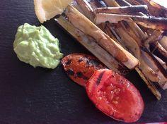 Cannolicchi alla brace con pomodori grigliati e salsa guacamole alla greca