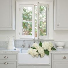 Some kitchen inspiration this afternoon with some beautiful white hydrangeas image from #toneontoneantiques