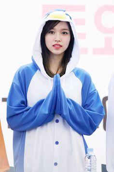 Mina the penguin Nayeon, Kpop Girl Groups, Korean Girl Groups, Kpop Girls, Bts Twice, Twice Kpop, Tzuyu And Sana, Sana Momo, Myoui Mina