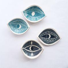Ou simplesmente usar pequenos pratos catchall para manter suas pulseiras e anéis.