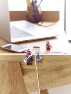 Kabelsalat gehört bald der Vergangenheit an: Alte Lego-Figuren haben wir fast alle Zuhause und die kleinen Figuren entpuppen sich als echte Ordnungshüter.