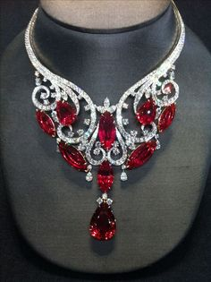 Magnificent necklace, 180 fiery carats. Harry Winston strikes again! See the Rest of the Outfit and Description on this board. – Gabrielle