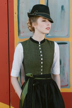 Two-toned apron straps, and the overall simple cut of bodice and shirt Amsel Dirndl folgen und Trends entdecken Traditional German Clothing, Traditional Dresses, Drindl Dress, The Dress, German Costume, Oktoberfest Costume, German Outfit, Diy Mode, German Fashion