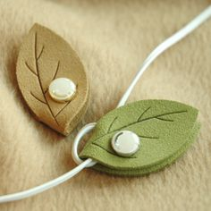 Walking in the Air Magnet Earphone Winder Learn more about the Leaf Earphone Organizer! Leather Accessories, Leather Jewelry, Leather Craft, Leather Diy Crafts, Crea Cuir, Sewing Crafts, Sewing Projects, Cord Holder, Headphone Holder
