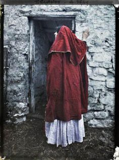 These images, which represent the first ever colour photographs taken in Ireland, were taken in 1913 by two French women, Marguerite Mespou... Old Irish, Irish Celtic, Irish Art, First Color Photograph, Irish Clothing, Folk Clothing, Images Of Ireland, Irish Eyes, Irish Traditions