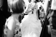 Dieses #brautkleid sowie der #brautstrauß sind so #schön ! Selbst #dasmädchen bewundert diese #hinreissend e #braut http://ift.tt/2dgVpWI