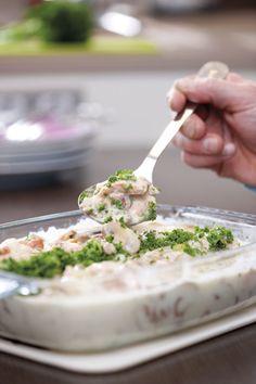 1. Pocheer de stukken vis in een visbouillon, gekruid met viskruiden en verrijkt met wat prei en selder. 2. Eenmaal de vis gepocheerd is, haal je hem eruit. Zeef het vocht, maar giet het niet weg. 3. Snij de champignons in schijfjes en stoof ze in een klontje boter. 4.