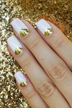 Unhas para o Ano Novo: Branco com Mosaico de Glitter Dourado