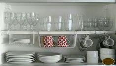 Organizando xícaras e pratos