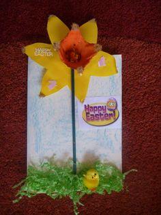 trompetnarcis gemaakt van geel karton én een stukje eierdoos.