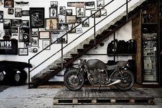 Garage/man cave, dengan tematik industrial dan bingkai-bingkai yang dipajang pada dinding tangga