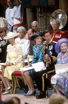 (L-R) Princess Anne, Diana, Princess of Wales, Prince Charles, Prince of Wales and the Queen Mother smile - Lady Sarah Ferguson 23 July 1986 Charles And Diana, Prince Charles, Elizabeth Ii, Prinz Andrew, Sarah Ferguson, Fergie Ferguson, Eugenie Of York, Estilo Real, Queen Mother